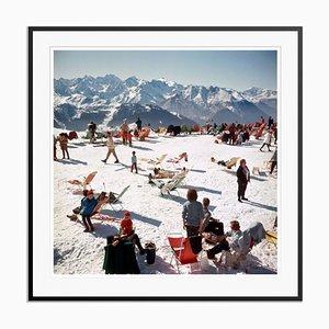 Verbier Vacation Oversize C Print in Schwarz von Slim Aarons