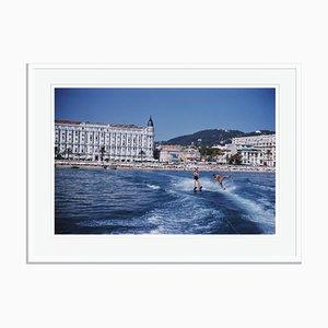 Modell Cannes Watersports Übergroßer C-Druck in Weiß von Slim Aarons