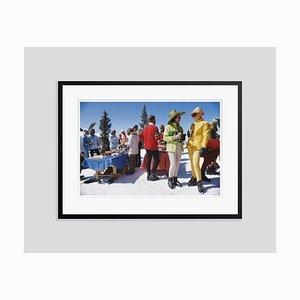 Snowmass Gathering Oversize C Print in Schwarz von Slim Aarons