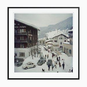 Stampa Klosters oversize C con cornice nera di Slim Aarons