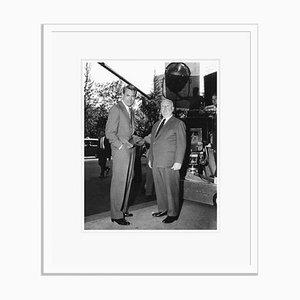 Hitchcock & Cary Grant auf Set Archival Pigment Print in Weiß von Everett Collection gerahmt