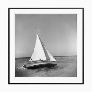 Impresión Jamaica Sea Sailing de fibra de plata con fibras de plata enmarcada en negro de Slim Aarons