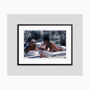 Sunbending in Antibes Oversize C Print in Schwarz von Slim Aarons gerahmt
