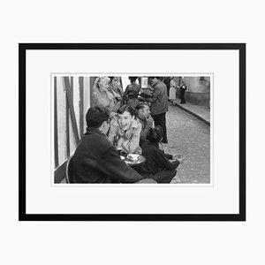 Stampa Happy Hepburn argentata con cornice nera di Bert Hardy