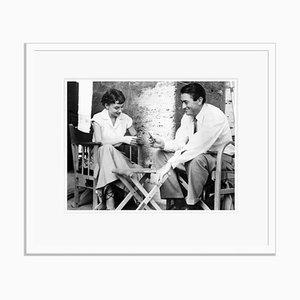 Audrey Hepburn & Gregory Peck Play Cards Archival Pigment Print in Weiß von Everett Collection gerahmt