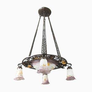Lámpara de araña modernista de hierro forjado y vidrio con cinco luces de Verreries d'Art Lorrain, años 20