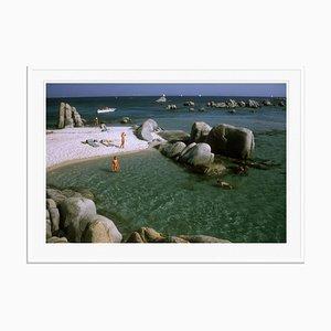 Stampa Island Paradise Oversize C con cornice bianca di Slim Aarons
