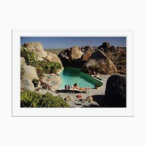 Bain de Soleil en Arizona Oversize C Print Encadré en Blanc par Slim Aarons