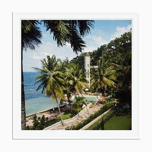 Bahamian Hotel Oversize C Print in Weiß von Slim Aarons