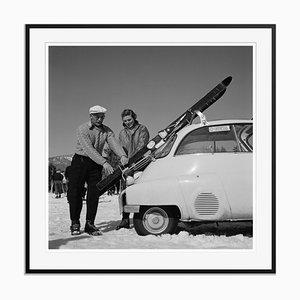 Impression New England Skiing Essentials en Fibre de Grain Argentée Encadrée en Noir par Slim Aarons