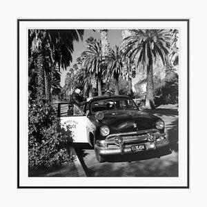 Beverly Hills Cop Silver Flower Gelatinedruck in Schwarz von Slim Aarons Eingerahmt