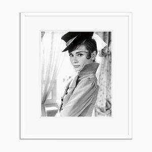 Audrey Hepburn Archival Pigment Print in Weiß gerahmt