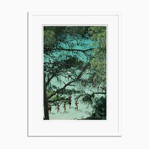 Weißer Strand von Portinatx Oversize Archiv Pigment Print in Weiß gerahmt von Slim Aarons
