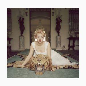 Beauty and the Beast Übergroßer C in Weiß gerahmter Druck von Slim Aarons