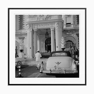 The Carlton Hotel Silver Fibrating Gelatine Print in Schwarz von Slim Aarons