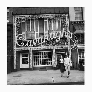 Cavanagh's Silver Fiber Gelatine Druck in Schwarz von Slim Aarons
