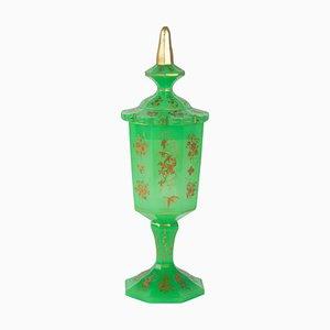 Napoleon III Überzogene Tasse, 19. Jh. Opalglas, emailliert in Grün & Gold