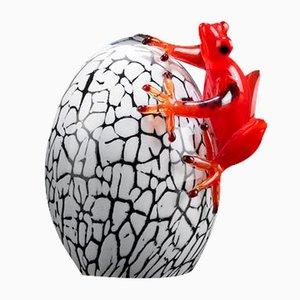Kleines Ei mit Frosch Skulptur von Vgnewtrend