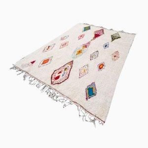 Großer weiß & bunter Azilal Berber Teppich mit weißen Mustern