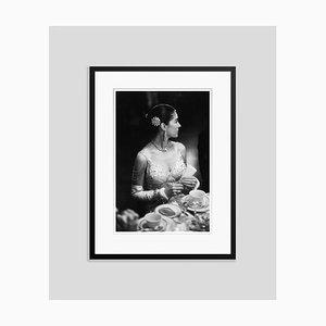 Gestufte silberfarbene Gelatine Printed Gerahmter Druck von Slim Aarons