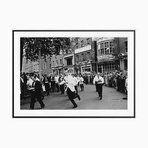 Stampa Soho Waiters Race in fibra d'argento con cornice nera di Slim Aarons