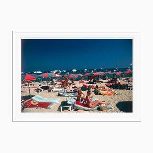 Plage à St. Tropez Oversize C Print Encadré en Blanc par Slim Aarons