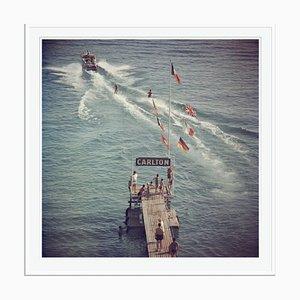 Canevas Oversize C Watersports Cannes Encadrée Blanche par Slim Aarons