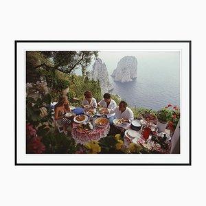 Al Fresco On Capri C Druck von Slim Aarons in Schwarz Gerahmt