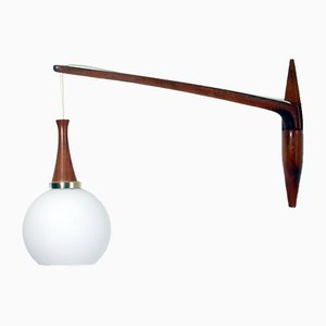 Schwedische Mid-Century Teak und Milchglas Wandlampe von Uno & Östen Kristiansson (Designer) für Luxus, 1950er