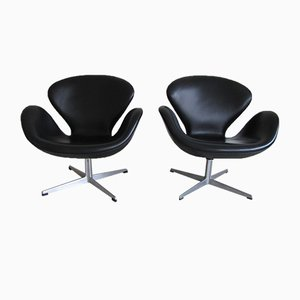 Mid-Century Black Leather Swan Armchairs by Arne Jacobsen for Fritz Hansen, Set of 2