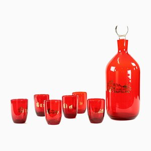 Bottiglia e set da cocktail Mid-Century in vetro rosso, Cecoslovacchia, anni '60, set di 7