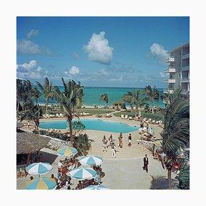 Weißer Nassau Beach Hotel Oversize C Druck von Slim Aarons