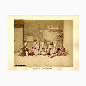 Gheishas während eines Festes - Uralter handbemalter Albumen Druck 1870/1890 1870/1890