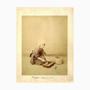Japanese Woman Cooking by Shin E Do - Handgefärbter Albumen Druck 1870/1890 1870/1890