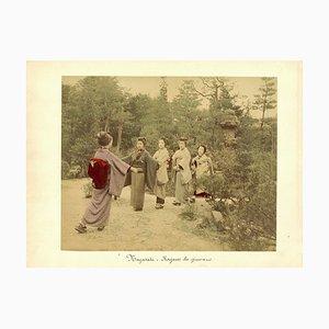 Performing Geishas in a Garden - Ancient Hand-Coloured Albumen Druck 1870/1890 1870/1890
