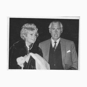 Der britische Schauspieler Stewart Granger und seine Frau - Vintage Photograph - 1964 1964