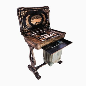 Table de Couture Laquée Qing de Chine Régence Laquée Peinte à la Main avec Accessoires de Couture et Intérieur Equipés