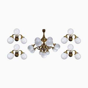 Monumentaler Messing Kronleuchter & Wandlampen mit Opalglas Kugeln, 1920er, 5er Set
