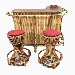 Mueble bar de bambú con dos taburetes, años 50. Juego de 3