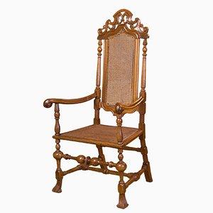 Antiker spanischer Armlehnstuhl aus geschnitztem Nussholz, 17. Jh.