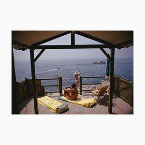 Beach Hut in Antibes Übergroßer C Druck in Weiß von Slim Aarons