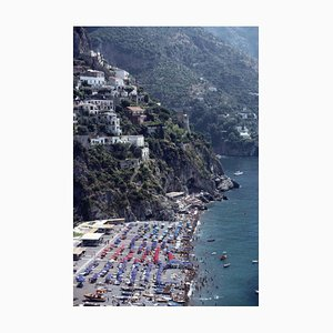 Beach in Positano Übergroßer C Druck in Weiß von Slim Aarons