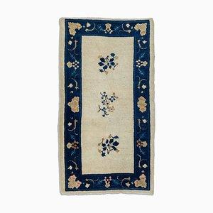 Antiker Beiger Chinese Floral Teppich mit Border