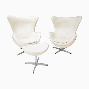 Weiße Egg Chairs & Fußhocker aus Leder, 1978, 3er Set