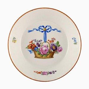 Niedrige antike Meissen Schale aus handbemaltem Porzellan mit Blumenkorb