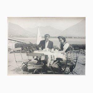 Coppia che mangia un caffè, 1943, fotografia