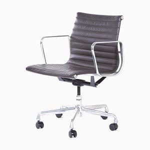 Sedia da ufficio EA335 di Charles & Ray Eames per Herman Miller, inizio XXI secolo