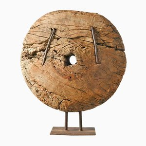 Antikes Holzrad auf Eisenfuß