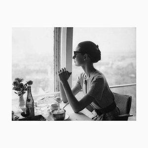 Mittagessen mit Audrey Hepburn archivalischen Pigmentdruck in schwarz gerahmt von Alamy Archiv