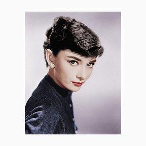 Audrey Hepburn in Weiß von Bettmann